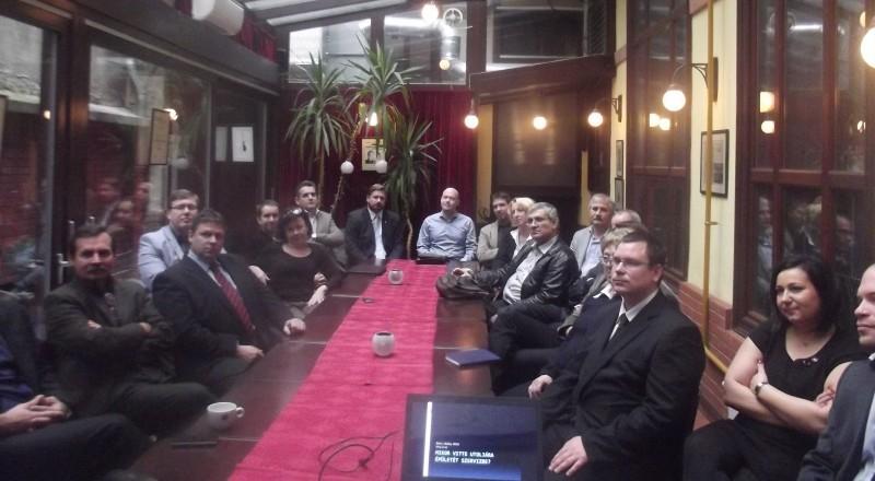 Kép az üzleti reggeli résztvevőiről